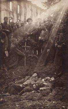 Entierro de soldados franceses, 157a Chasseurs Alpins, en un agujero de concha en Bouconville, Francia En septiembre de 1914 [[MORE]] source