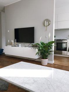 Det börjar likna ett hem | Elin Skoglund | Vägglampan Mirror Simple Living Room, Living Room Grey, Living Room Decor, Pinterest Room Decor, Aesthetic Room Decor, House Rooms, Home Decor Inspiration, Home Interior Design, Living Room Designs