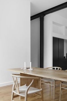 Bespoke dining table with Dinesen Heart Oak, Wishbone chairs by Carl Hansen Søn and custom-made candleholders by Annemieke Boots Ceramics. Dining Room Inspiration, Interior Design Inspiration, Home Design, Scandinavian Dining Table, Oak Dining Table, Oak Table And Chairs, Scandinavian Interior Design, Parquet Flooring, Dining Room Design