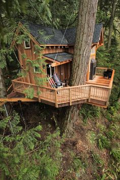 How To Build A Treehouse ? This Tree House Design Ideas For Adult and Kids, Simple and easy. can also be used as a place (to live in), Amazing Tiny treehouse kids, Architecture Modern Luxury treehouse interior cozy Backyard Small treehouse masters Beautiful Tree Houses, Cool Tree Houses, Treehouse Masters, Tree House Plans, Tree House Homes, Cabin Homes, Adult Tree House, Log Homes, Tree House Designs