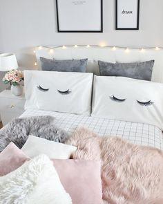 Sweet Dreams! In diesem wunderschönen Schlafzimmer sorgen kuschelige Felle, eine stimmungsvolle Lichterkette & tolle Accessoires, wie frische Blumen für ein ganz besonderes Ambiente. Die Kissenhüllen mit den angesagten Sleepy Eyes sorgen zusätzlich für den Cuteness Faktor und runden den Look perfekt ab! // Schlafzimmer Ideen Bett Kissen Fell Lichterkette Rosa Weiss Schwarz Deko Dekoration Bettwäsche #SchlafzimmerIdeen #Schlafzimmer #Bett #Rosa #Weiss #SleepyEyes @laura.e.sanz