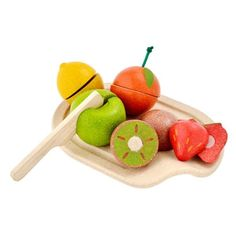 This gorgeous pretend fruit set includes a cutting board, knife and 5 sliceable fruits : orange, lemon, kiwi, strawberry and apple. The fruits tactile details o Baby Laden, Plan Toys, Little Chef, Eco Friendly Toys, Non Toxic Paint, Mixed Fruit, Play Food, Learning Toys, Pretend Play