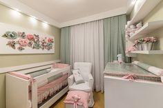 Vista do quarto da bebê, detalhe para a palheta de cores com os tons rosa e verde. Foto: Carol Sabino