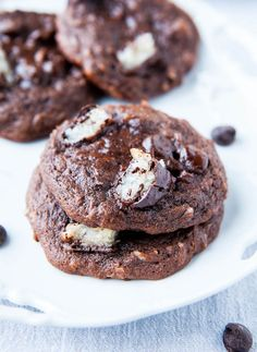 Mounds Bar Chocolate Coconut Cake Mix Cookies - Hunks of Mounds Bars are baked into cookies made with Devil's food cake. Fast, easy & foolproof recipe at with Chocolate Coconut Cookies, Homemade Chocolate, Chocolate Cake, Mounds Bar, Mounds Candy, Just Desserts, Delicious Desserts, Cookie Recipes, Dessert Recipes