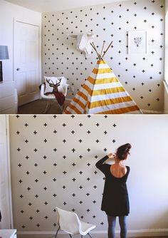 Sólo necesitas cinta adhesiva negra (aislante) para hacer un hermoso patrón en tu pared. Recuerda que lo más importante es mantener la misma distancia entre una cruz y otra para que el diseño se vea espectacular.