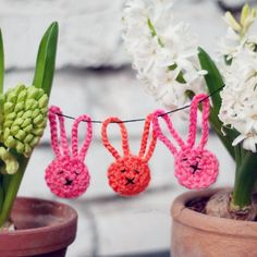 Knalligen Häkel-Häschen Man, today in a week Easter is over again and I have not written a single post on the subject! Tststs – and as a craft fairy! Crochet Bunting, Crochet Garland, Crochet Decoration, Diy Garland, Love Crochet, Crochet Baby, Baby Bunting, Bunny Crafts, Easter Crafts