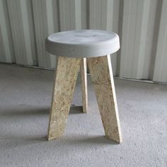 Sturdy stool with raw appearance through the use of (eco) concrete and OSB wood (with FSC trademark). Extra strong because the legs are attached Concrete Stool, Concrete Furniture, Concrete Projects, Loft Furniture, Deco Furniture, Handmade Furniture, Diy Sofa, Osb Wood, Wooden Stools