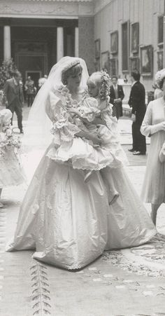 Amazing behind-the-scenes pictures of the 1981 royal wedding - - Whispering words of encouragement to her five-year-old bridesmaid, Princess Diana looks resplendent in her wedding dress as she carries the girl through Buckingham Palace. Princess Diana Wedding Dress, Princess Diana Photos, Princess Diana Family, Princess Of Wales, Lady Diana Spencer, Royal Brides, Royal Weddings, Diana Fashion, Charles And Diana