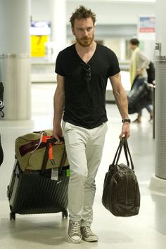 Even while traveling, Michael Fassbender stays confident in this simple and comfortable outfit.