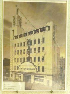 1920年(大正9年)に、 当時の東大建築学科卒業生6人によって結成された、 「分離派建築会」は、 日本初の建築運動といわれています。 .  その中の一人、 石本喜久治が、後に開設した会社は、 大手設計事務所として、 現在でも、存続しているのですが、 石本喜久治自身が設計した建築で、 現存しているものは、 もうほとんどなくなってしまったようです。 .  そんな中で、数少ない現存している建築、 大塚ビル(旧白木屋百貨店大塚分店)。 .  1937年(昭和12年)に完成したそうですが、 その後、 かな...