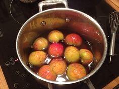 Henkogte halverede æbler. Update: Af de knap så pæne æbler skar jeg tern, som blev kogt ganske kort i sukkerlagen 100g sukker til 4 dl vand. Genialt til fx yoghurt // #Canned halfed #apples for dessert (or cubes for yoghurt)