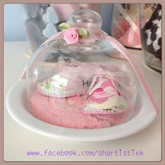 Geboorteschoentjes in glazen stolpje