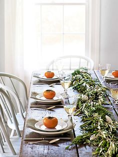 Pro Tips to Host a Stress-Free Thanksgiving Dinner Hosting Thanksgiving, Vegan Thanksgiving, Thanksgiving Table, Christmas Table Settings, Holiday Tables, Dinner Party Table, Make A Table, Thanksgiving Centerpieces, Simple Christmas