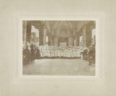 Anonymous | Feestelijkheden ter gelegenheid van de inhuldiging van Koningin Wilhelmina: koorzangeresjes in het Rijksmuseum, Anonymous, 1898 |