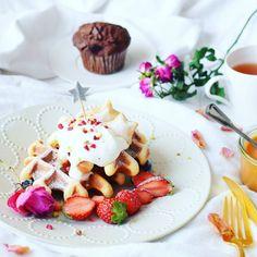 Good morning! Happy waffles . . . おはワッフル! . . . キャラメルクリームを混ぜこんだワッフルと 昨夜思い立って焼いたチョコマフィンで 朝ごはん. . . これからクリスマスケーキ焼きますー. . いい一日を! . . . 20151223 . . . by nao_cafe_