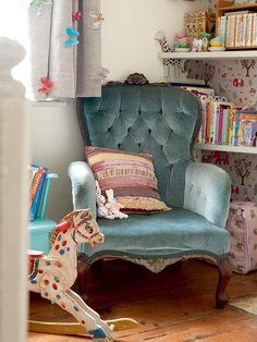 Fauteuil velours bleu dans une chambre d'enfant