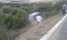Caminhão perde o controle e desce ribanceira na Bahia.