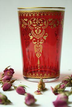 Mint tea glass and dry rose buds Moroccan Theme, Moroccan Style, Style Marocain, Tea Glasses, Mint Tea, Tea Art, Tea Ceremony, Bunt, Decoration