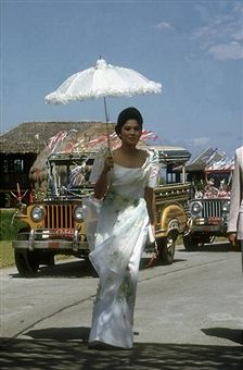 Imelda Marcos, the wife of President Ferdinand Marcos of the Philippines, in Nayong Pilipino Park, Manila, February (Photo by Slim Aarons/Getty Images) Slim Aarons, Philippines Fashion, Philippines Travel, Love Fashion, Fashion Beauty, Filipiniana Dress, Filipino Fashion, Filipino Culture, Filipina Beauty