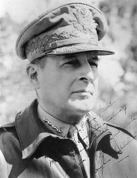 mini.press: Ιστορία-1880 Γεννιέται ο Douglas MacArthur, Αμερικανός στρατηγός, γνωστός για την δράση του κυρίως κατά τον Β΄Παγκόσμιο πόλεμο. 1907 Γεννιέται ο Δημήτριος Χολέβας, στο χωριό Τσούκα Φθιώτιδας, γνωστός και ως Παπαχολέβας, ιερέας, φιλόλογος και αντάρτης, μέλος του ΕΛΑΣ, κατά τη διάρκεια της αντίστασης στον Β΄Παγκόσμιο πόλεμο.