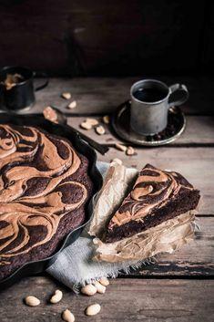 Helppo Maapähkinävoi-Mutakakku resepti. Sekoita ainekset kulhossa ja koristele maapähkinävoilla. Tämä helppo ja herkullinen kakku valmistuu vain puolessa tunnissa. Leivonnan kuuluu olla helppoa ja hauskaa! Resepti löytyy blogista. - mutakakku / maapähkinävoi / helpot reseptit / helpot jälkiruoat / ruokavalokuvaus / suklaakakut / helpot kakut / ruokastailaus #foodphotography Peanut Butter, Chocolate Cake, Super Easy, Recipes, Chicolate Cake, Chocolate Cobbler, Chocolate Cakes, Recipies, Bolo De Chocolate
