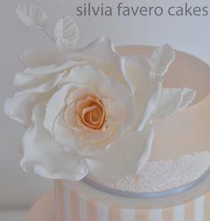Rosa gigante de la torta de bodas con hojas blancas de fantasía. | Giant rose with white fantasy leaves.