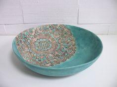 Turkusowa misa ceramiczna z koronkowym motywem Wymiary: średnica 27 cm wysokość 7 cm Hanja - Hanna Owczarek