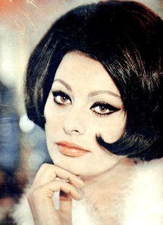 Sophia Loren with a black hair. Old Hollywood Style, Hollywood Fashion, Classic Hollywood, Hollywood Icons, Divas, Sophia Loren Images, Marcello Mastroianni, Italian Actress, Photo Pin