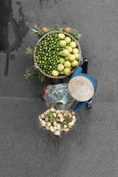 Colorful Aerial Pictures of Street Vendors in Vietnam – Fubiz Media