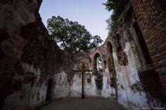 Salföld és Ábrahámhegy között egy kolostor romjait találod az erdőben. Nincsenek kísértetlegendák vagy más sötét történetek, az egykori pálos kolostornál sétálva mégis érzed, hogy egészen különleges helyen jársz. Salföld határától kb. félóra gyaloglással érhető el, ha teheted, ne autóval közelítsd… Hungary, Places To Go, Architecture, World, Summer, Travel, Outdoor, Blog, Photos