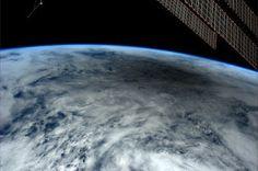 Cómo se ve un eclipse solar a 400 kilómetros de la Tierra  Se han captado miles de fotografías y películas del eclipse que ocurrió el pasado 20 de mayo desde todos los puntos de la Tierra donde fue visible este fenómeno astronómico.  En esta película se puede ver otro punto de vista muy diferente y del que sólo hay una grabación, la realizada por el astronauta Don Pettit desde la Estación Espacial Internacional a unos 400 kilómetros sobre la superficie de la Tierra.