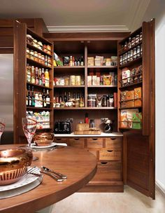 ¿Quieres ahorrar espacio en tu cocina? Aquí tienes varias ideas con las que aprovechar mejor tu despensa.  http://casaydiseno.com/cocina/despensas-de-cocina-para-ganar-espacio.html