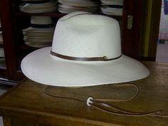 Este sombrero tiene un alma flexible en el ala que te permite darle varias formas: Estilo Vaquero, Calsico o Australiano, esto lo puede hacer solo moldeandolo con las manos.