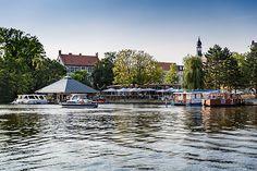 Ab auf den Fluss - Keine 50 Meter neben der Grünauer Straße plätschert das Wasser der Dahme, ihre Einmündung in die #Spree liegt ein paar Hundert Meter weiter. Ob Sie an den  Ufern flanieren, zur nächsten Sushibar, zum Müggelsee oder zum Reichstag rudern wollen – hier stehen Ihnen alle Wasserwege offen. #Berlin
