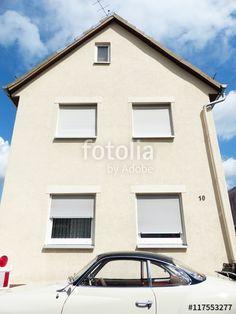Beigefarbenes VW Karmann Ghia Coupé vor beigefarbener Fassade eines Altbaus in Krofdorf-Gleiberg in Hessen