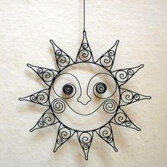 Drátované slunce-závěs / Zboží prodejce Pindrush | Fler.cz Copper Wire Crafts, Wire Art Sculpture, Welding Art Projects, Wire Ornaments, Crafts To Make And Sell, Recycled Art, Felt Art, Beads And Wire, Beading Tutorials