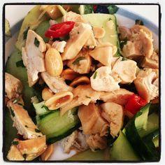 Thaise Kipsalade met Kokos en Komkommer - I am Cooking with Love Een heerlijke Thaise Kipsalade om je vingers bij af te likken.