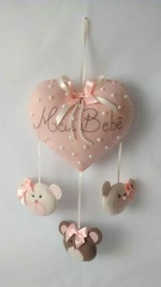 Door Hanger for New Baby Baby Crafts, Felt Crafts, Diy And Crafts, Baby Shawer, Felt Baby, Fabric Hearts, Felt Decorations, Felt Patterns, Felt Toys