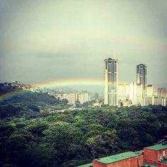 Excelente jueves! Fotografía cortesía de @gabypercoco  #LaCuadraU #GaleriaLCU #Caracas #ParqueCentral #Arcoiris #Venezuela #FelizJueves #Jueves