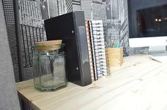 Kirjat ja kansiot on helppo asettaa nojaamaan esimerkiksi kauniiseen lasipurkkiin. www.mattokymppi.fi