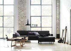 dunkle couch helleren teppich begeitaube kissen holztisch