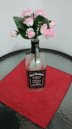Uma garrafa de Jack Daniel's vazia, um ramo de florzinhas sem jarro e uma mesinha solitária. Combinação perfeita pra dar vida na cozinha 💕💕💕