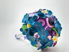 Un bouquet da sposa realizzato con fiori di carta, bottoni e lego. Un prodotto particolare e molto Unusual per una sposa dalle caratteristiche uniche. #bouquet #lego #fioridicarta Lego, Legos