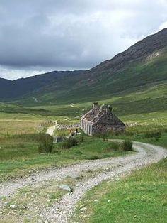 Der West Highland Way südlich von Fort William Scotland Vacation, Scotland Travel, Natural Architecture, West Highland Way, Europe On A Budget, Fort William, England And Scotland, Scottish Highlands, Beautiful Landscapes