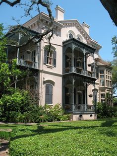 Garden District Places) - New Orleans, Louisiana, USA Louisiana Homes, New Orleans Louisiana, Louisiana Bayou, New Orleans Architecture, Southern Architecture, Beautiful Buildings, Beautiful Homes, New Orleans French Quarter, New Orleans Homes