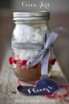 These easy to make and inexpensive Cocoa in a Jar Gifts Makes 2 cups peppermint cocoa!