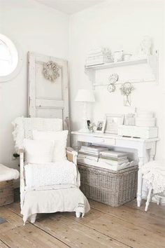 Shabby Chic furniture and style of decor displays more 'run down' or vintage items, or aged furniture. Shabby Chic is the perfect style balanced inbetween vintage and luxury, or '… Blanc Shabby Chic, Shabby Chic Vintage, Style Shabby Chic, Shabby Chic Decor, Rustic Style, Shabby Home, Shabby Cottage, Shabby Chic Homes, Cottage Chic