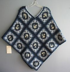 Crochet square no pattern Winter Knitting Patterns, Crochet Poncho Patterns, Crochet Coat, Crochet Fall, Crochet Clothes, Crochet Stitches, Granny Square Poncho, Granny Square Crochet Pattern, Crochet Granny