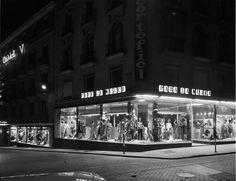 Escaparate de una de las primeras tiendas Cortefiel, en la calle Maestro Victoria con vuelta a calle Preciados, 1965. Autor desconocid