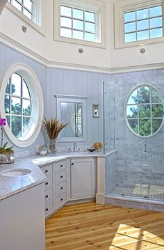 Love this open bathroom!! I would love to get ready for work here everyday!!